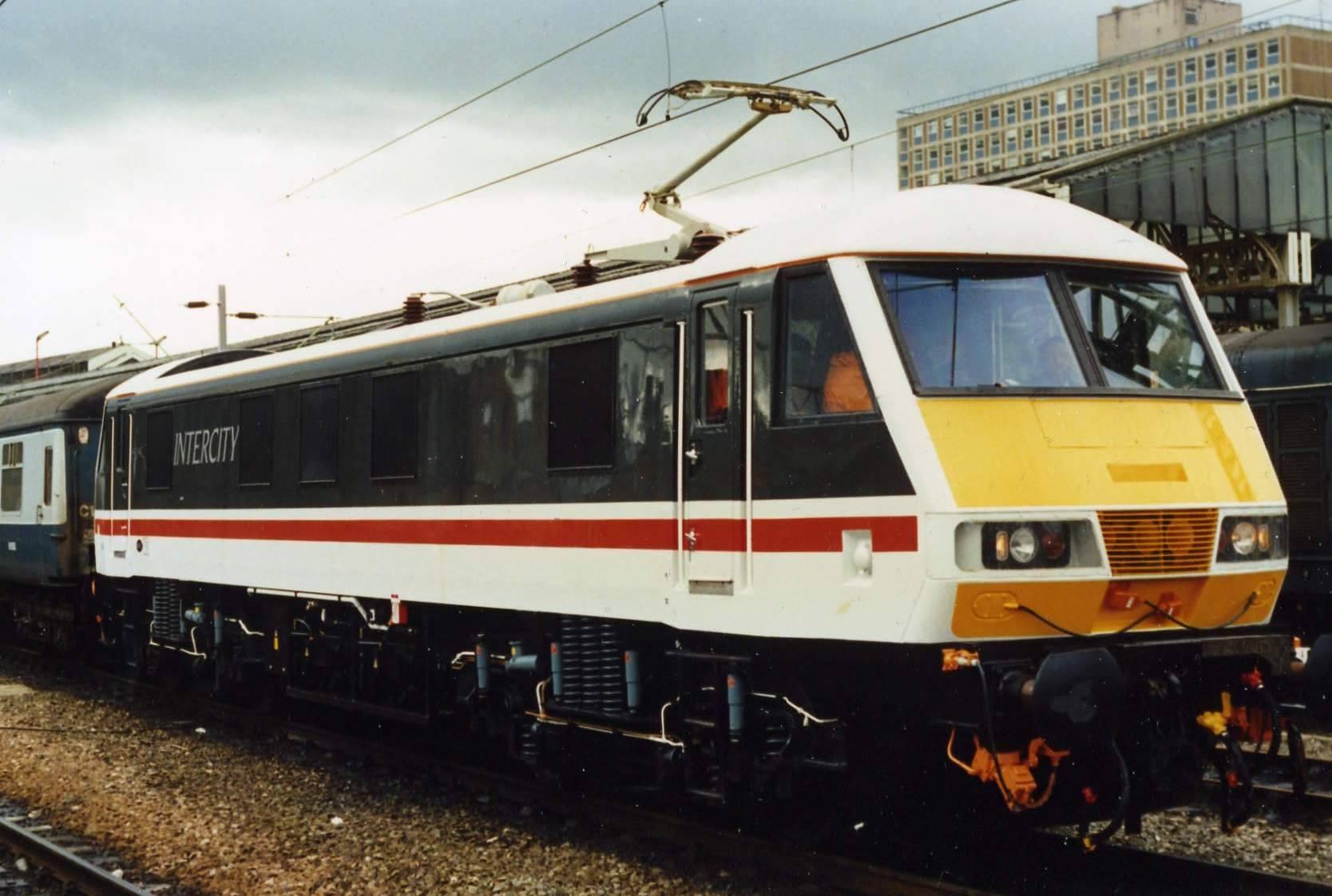 Review: Hornby Virgin Charter Relief Set (Class 90 & DVT) (3/6)