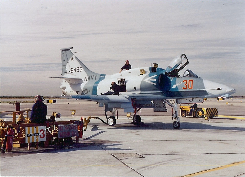 file a 4m skyhawk vf 126 being serviced at nas miramar wikimedia commons. Black Bedroom Furniture Sets. Home Design Ideas