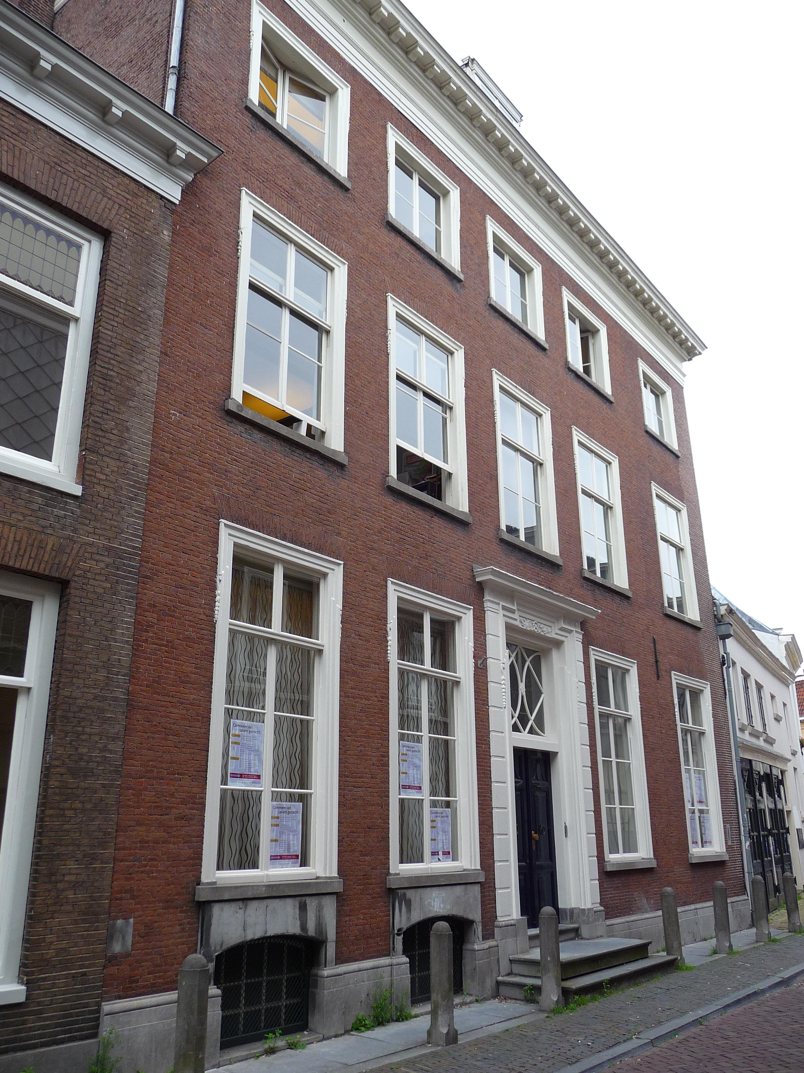 Hoog statig huis met rechte kroonlijst in utrecht for Huis utrecht