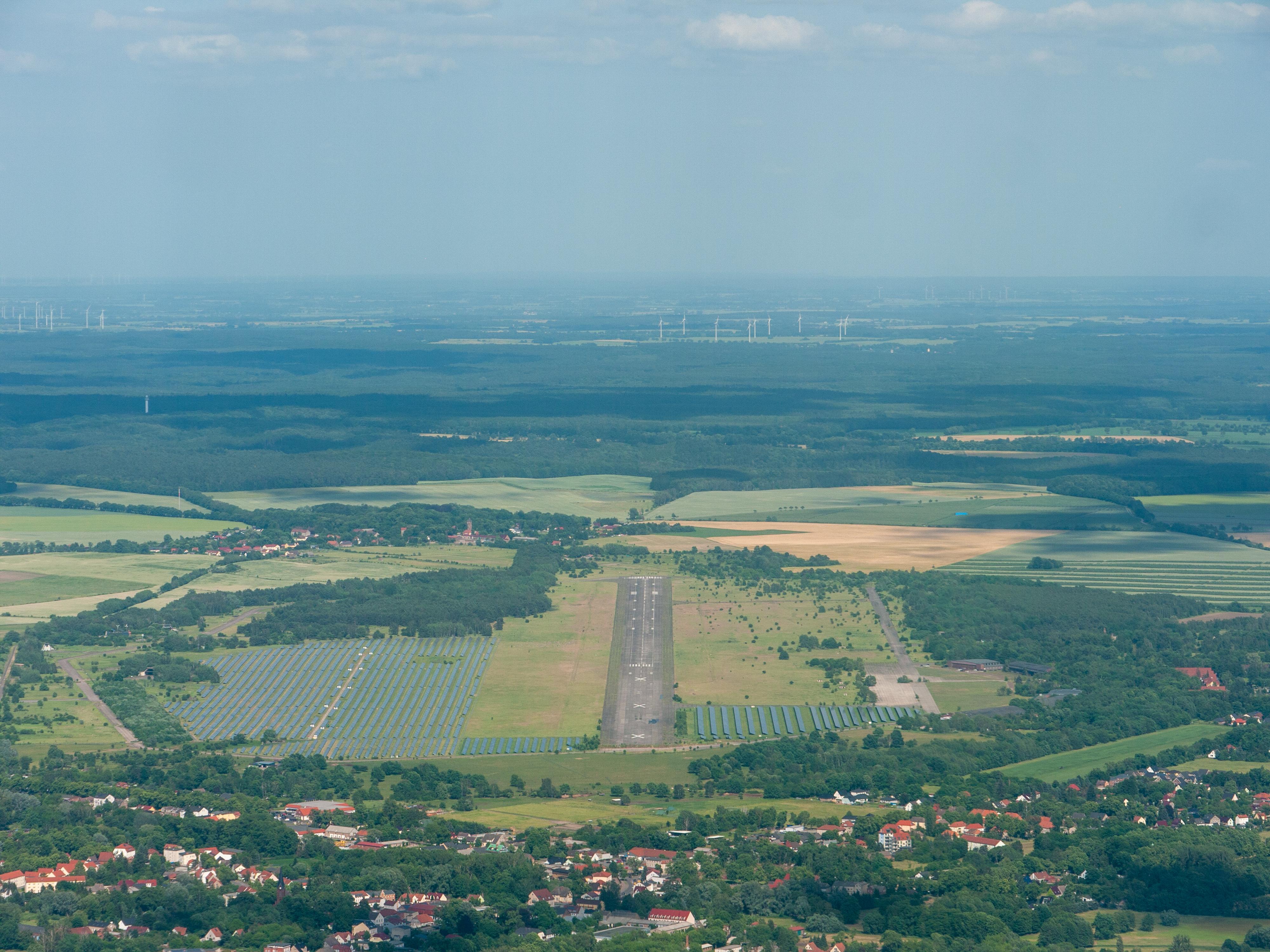https://upload.wikimedia.org/wikipedia/commons/d/da/Aerial%2C_Werneuchen_%28_1090175%29.jpg