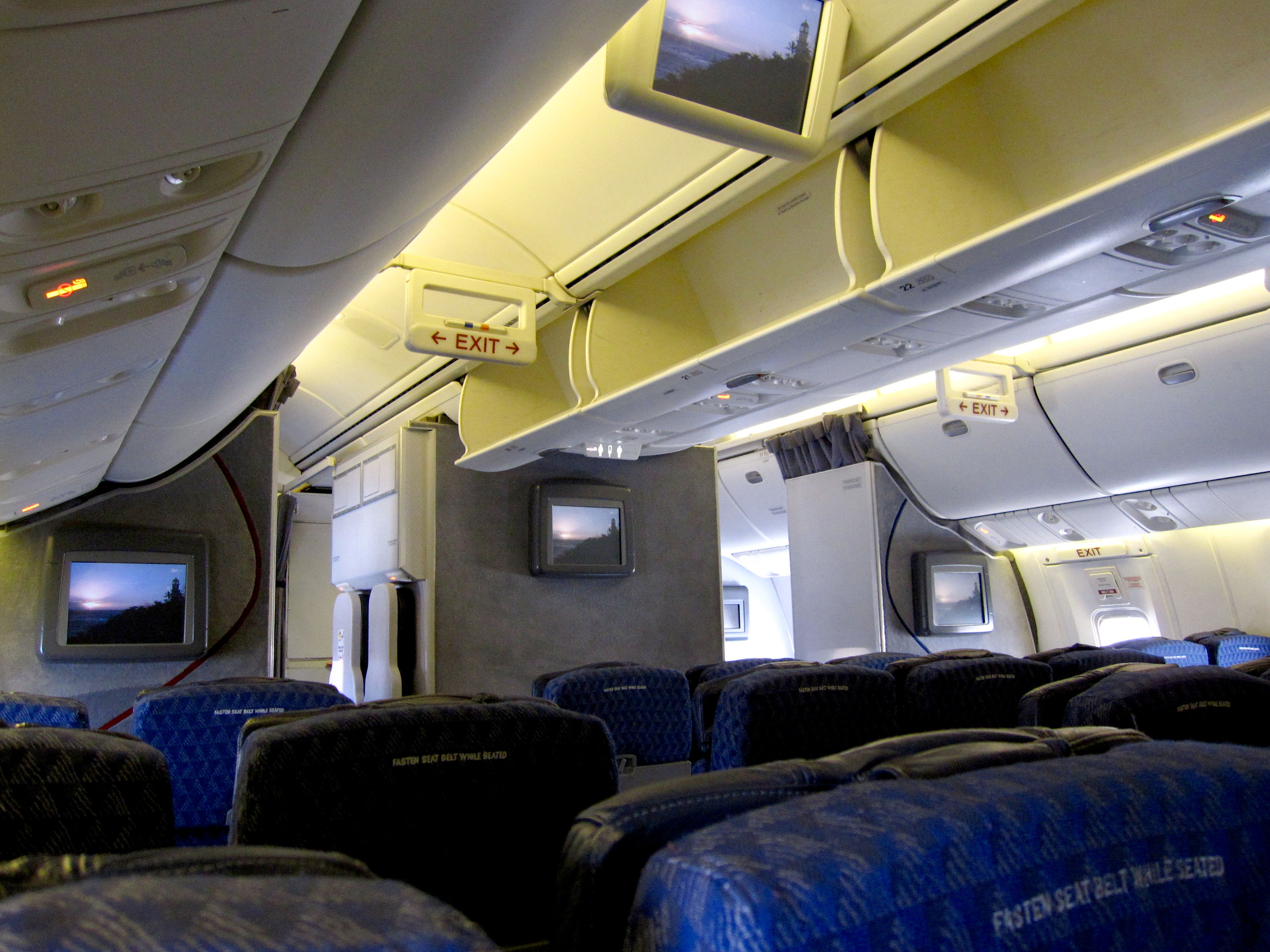 File:American Airlines Boeing 767-300ER Economy class 2009