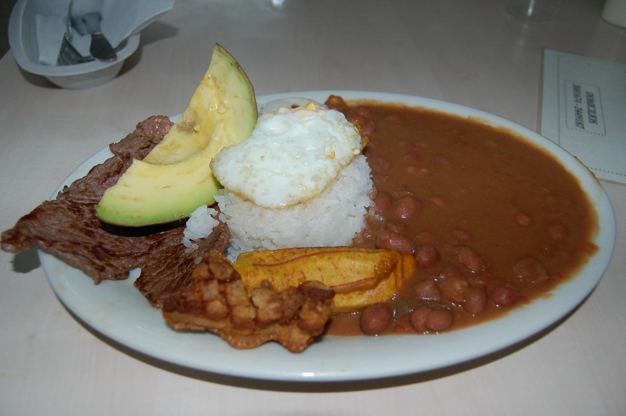 Los invito a degustar platos tipicos de mi tierra para despedir el año...-http://upload.wikimedia.org/wikipedia/commons/d/da/Bandeja_paisa_antioque%C3%B1a,_Colombia.jpg