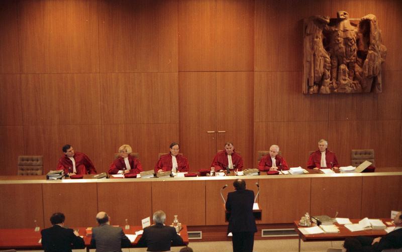 Datei:Bundesarchiv B 145 Bild-F080597-0004, Bundesverfassungsgericht, Verhandlung II. Senat.jpg