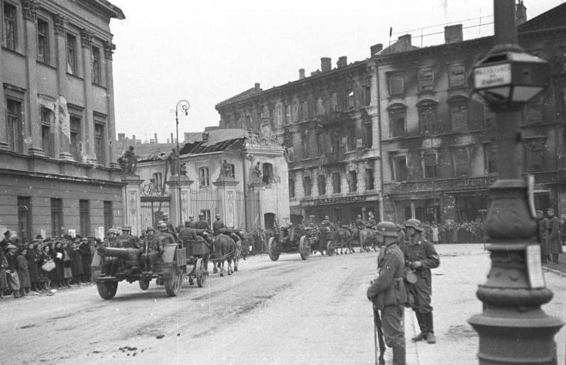 https://upload.wikimedia.org/wikipedia/commons/d/da/Bundesarchiv_Bild_101I-001-0251-11%2C_Warschau%2C_Parade_deutscher_Truppen.jpg