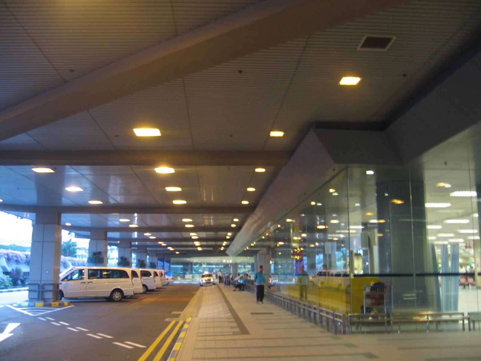 file changi airport terminal 1 arrival driveway jpg. Black Bedroom Furniture Sets. Home Design Ideas