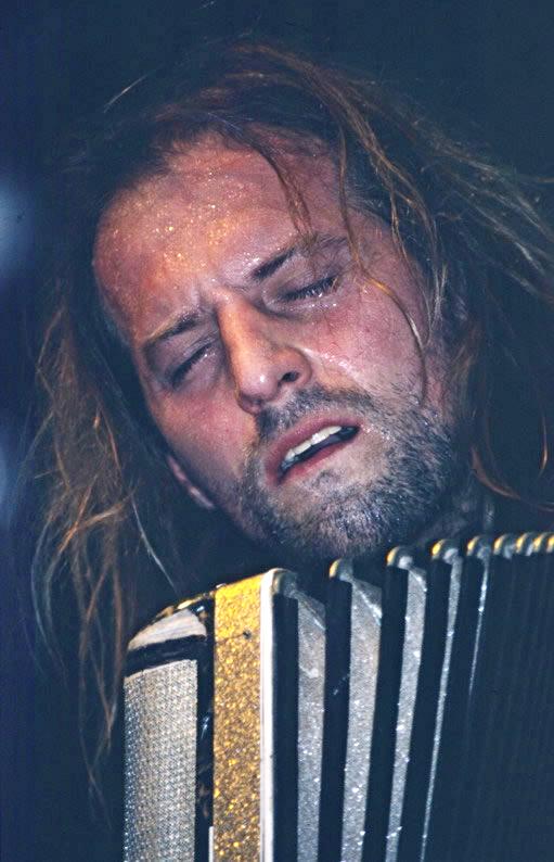Chango Spasiuk durante un concierto en Londres, (2004).