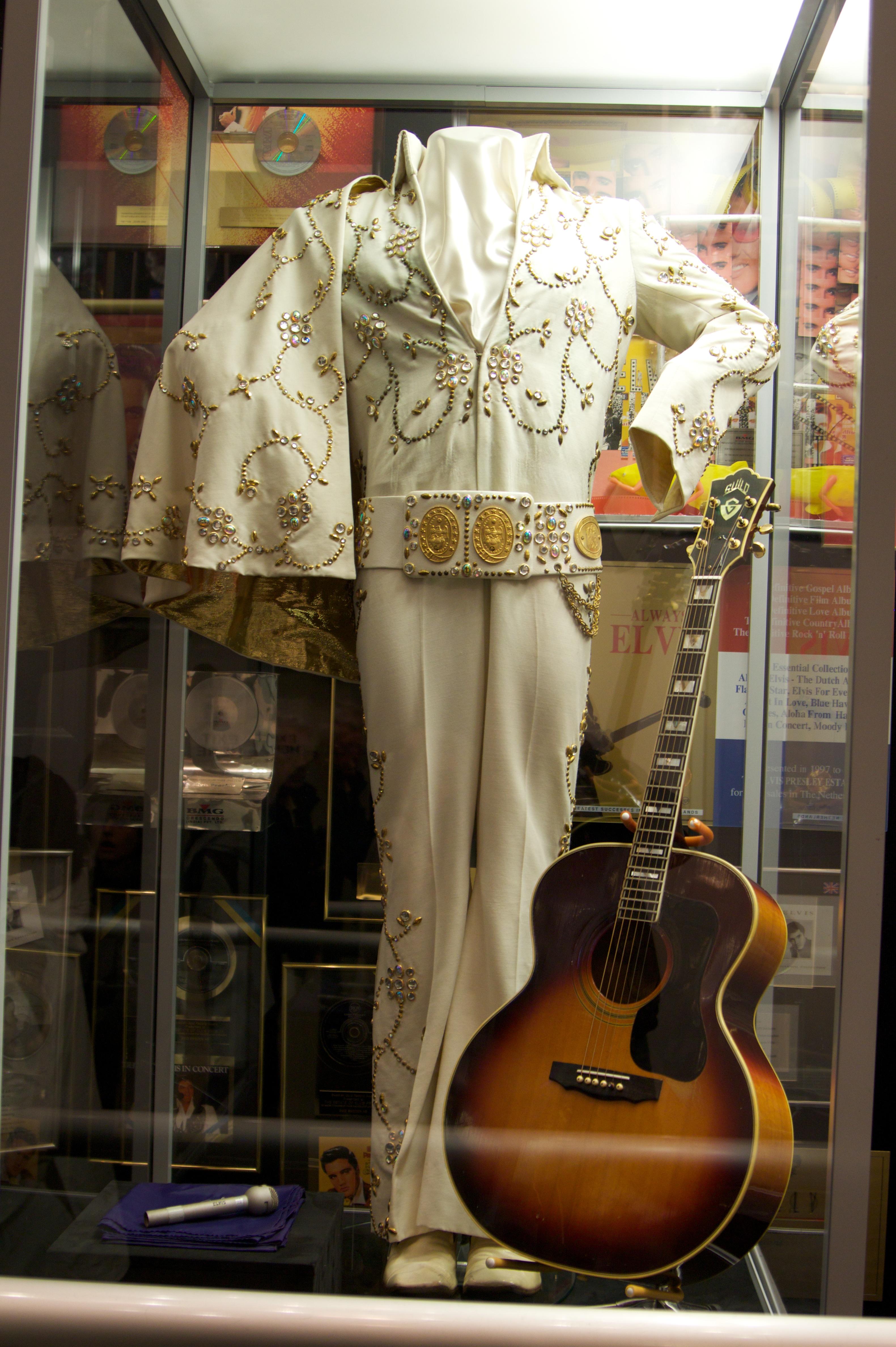 El traje característico de Elvis en sus presentaciones en vivo, junto a una de sus guitarras, en una exhibición en Graceland.
