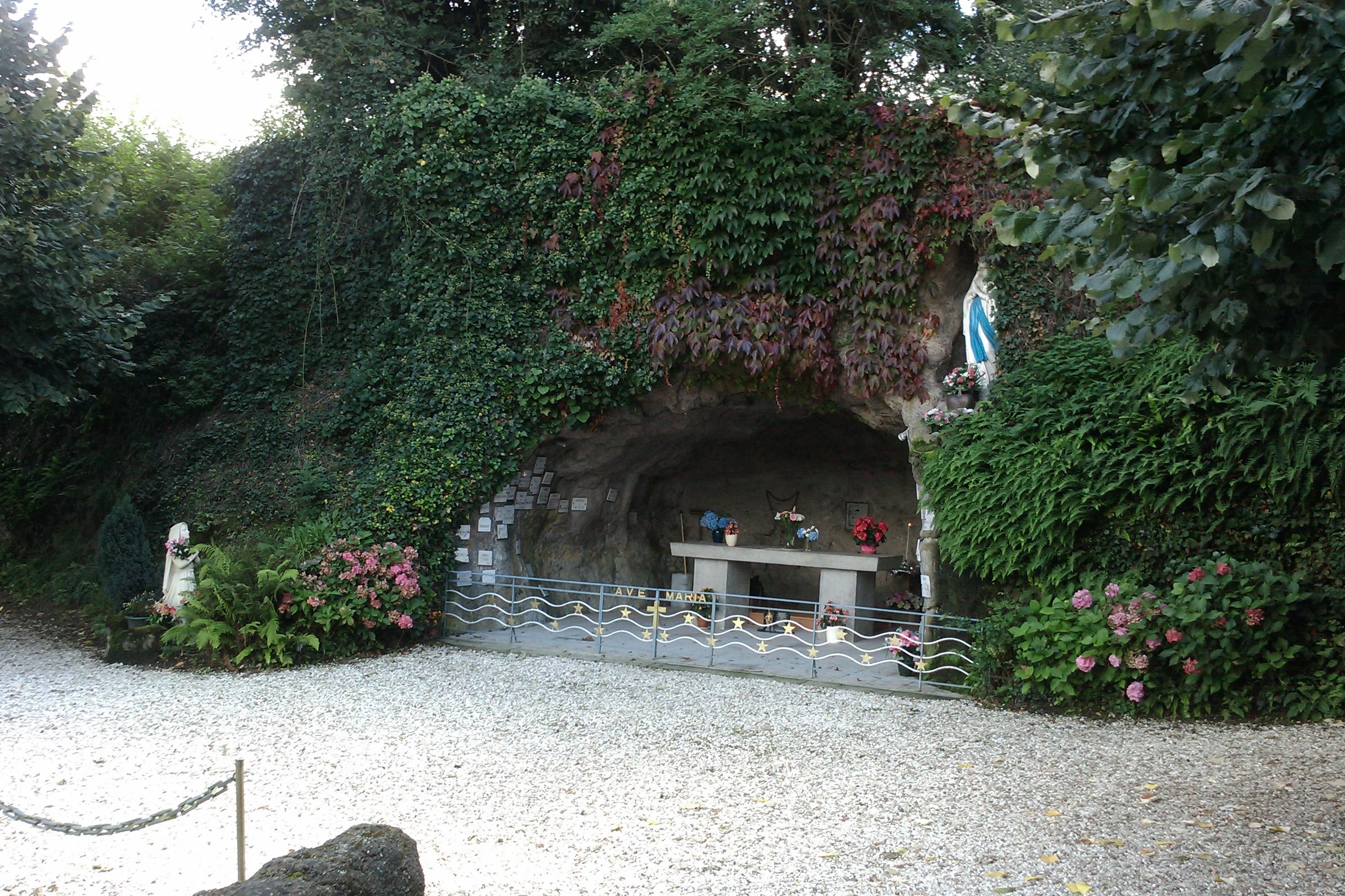Les répliques de la grotte de Lourdes - Page 3 H%C3%A9b%C3%A9crevon_-_grotte_de_Lourdes_%282%29
