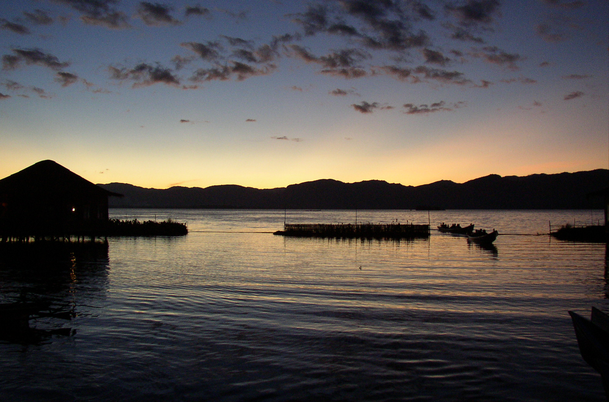 File:Inle Lake, evening.JPG - Wikipedia