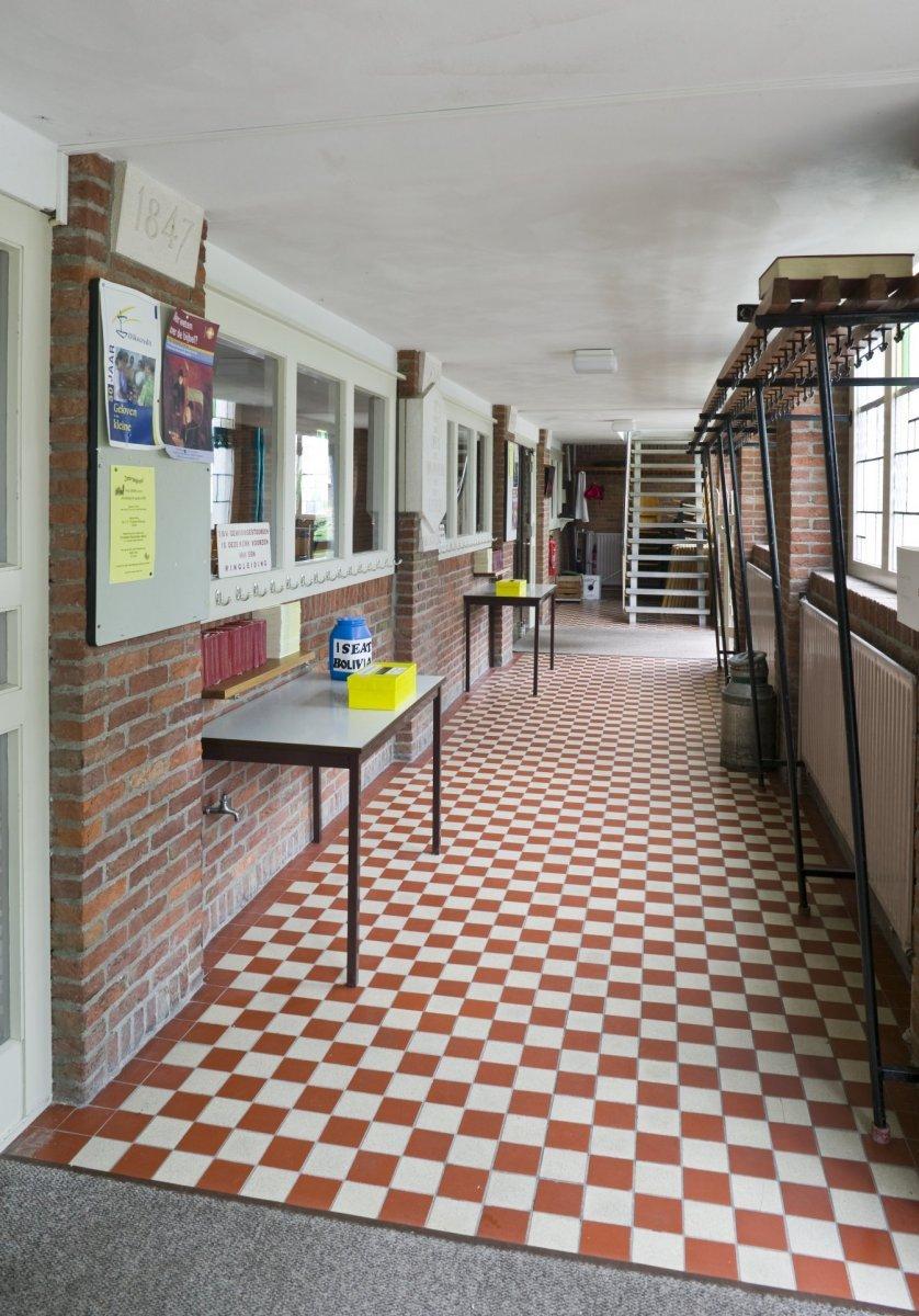File:Interieur, overzicht portaal met rood-witte tegelvloer - Beilen ...