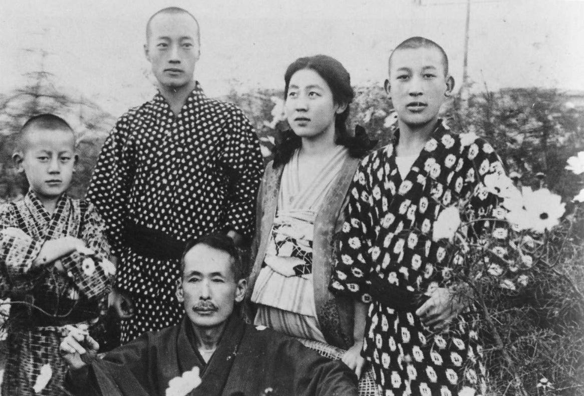 Η Γιοσίκο Καβασίμα σε νεαρή ηλικία με την οικογένειά της. Κάτω διακρίνεται ο Νανίβα Καβασίμα.