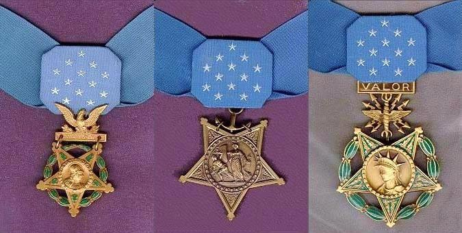 De Medal Of Honor (van links naar rechts) voor de landmacht (Army), de marine (Navy) en de luchtmacht (Air Force)