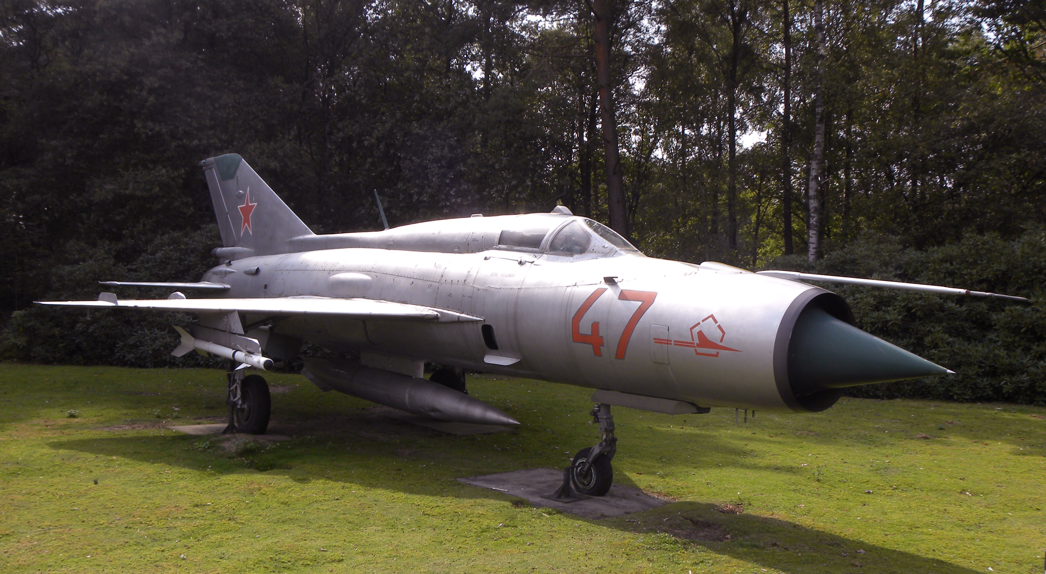 http://upload.wikimedia.org/wikipedia/commons/d/da/Mig_21_SP_at_militare_luchtvaart_museum_Soesterberg.jpg
