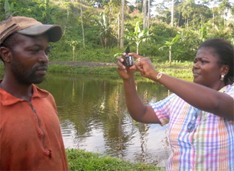 English: Mobile Reporting - African journalist...