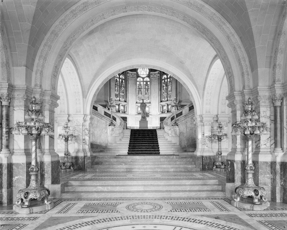 File:overzicht entreehal grote trap 4 candelabers geschonken door