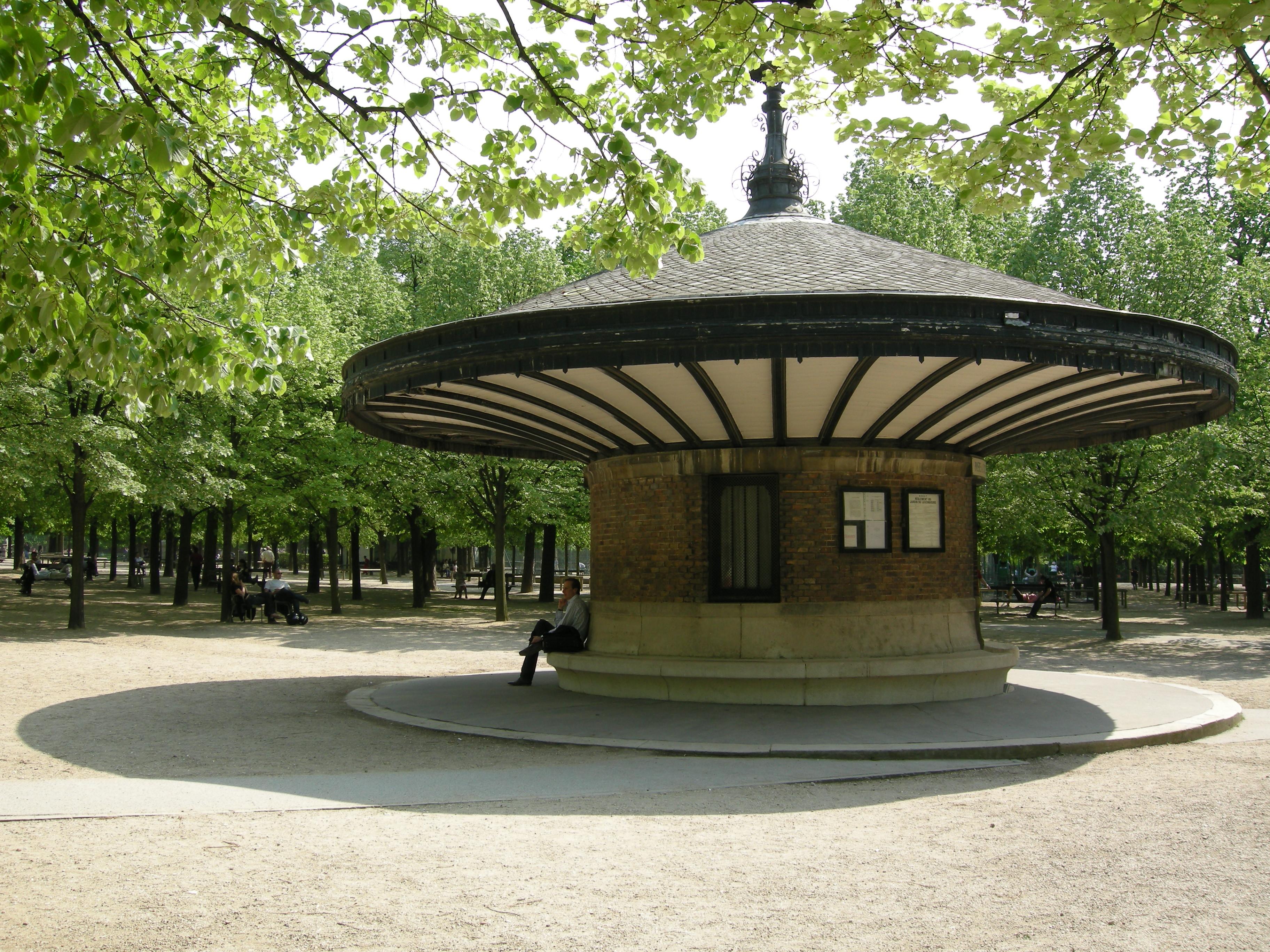 File poste des surveillants du jardin du for Buvette des marionnettes du jardin du luxembourg