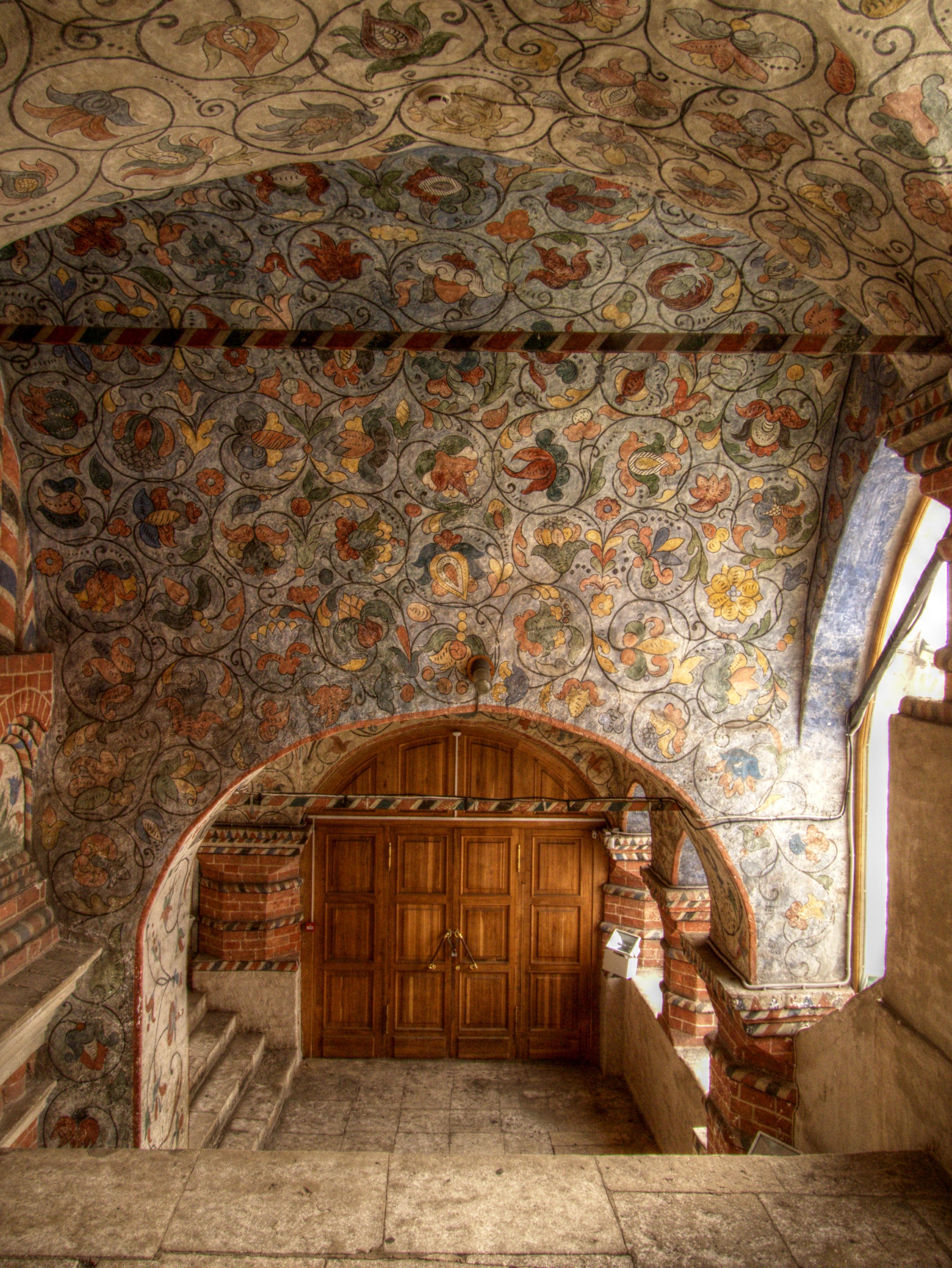 Một bức tường được trang trí hoa văn bên trong tòa tháp