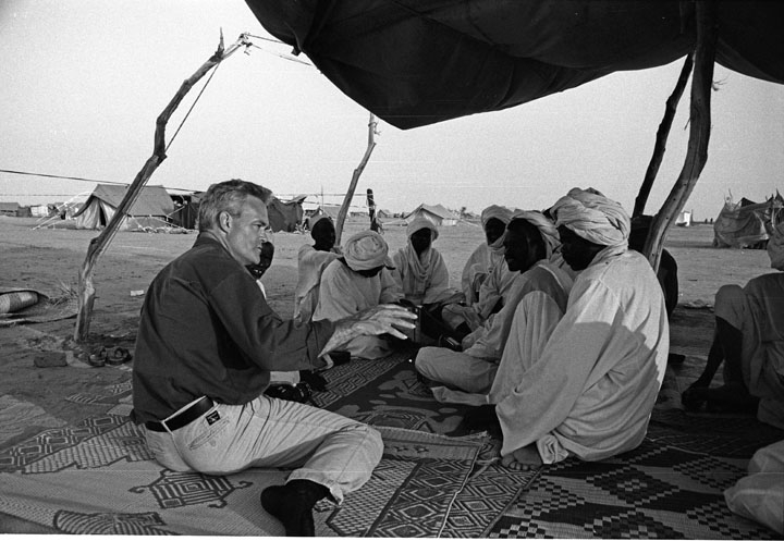 Pelley with Darfur refugees, 2006