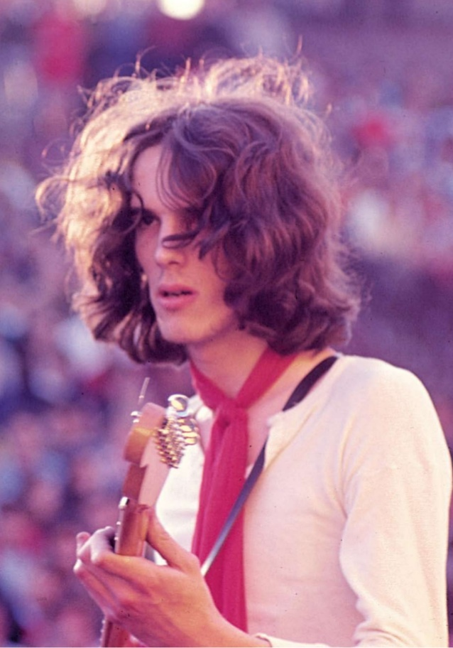 Spinetta tocando junto Almendra en 1969, en el Festival Pinap.