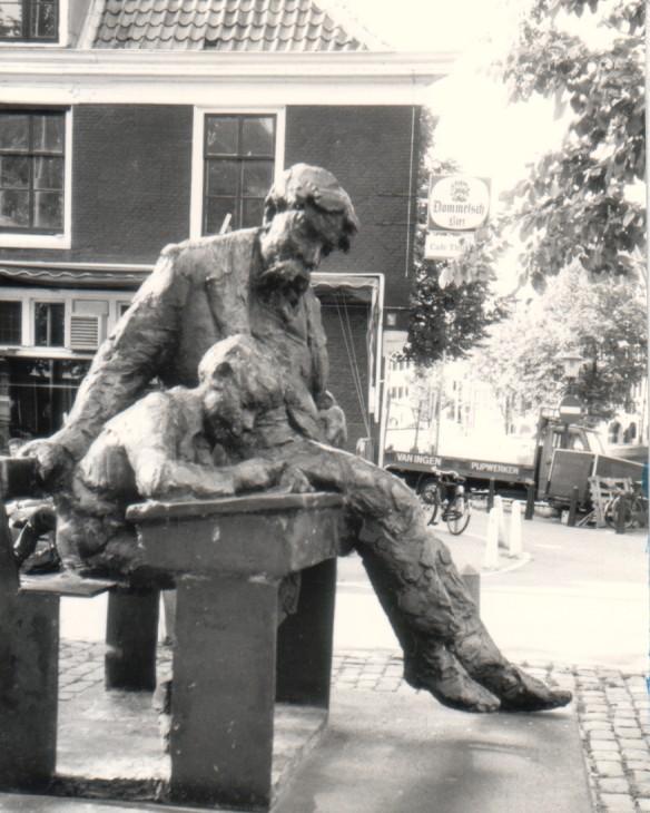 Aangeboden door: Stichting Microtoerisme InZicht Fotoblog Amsterdam Lindengracht standbeeld Theo Thijssen