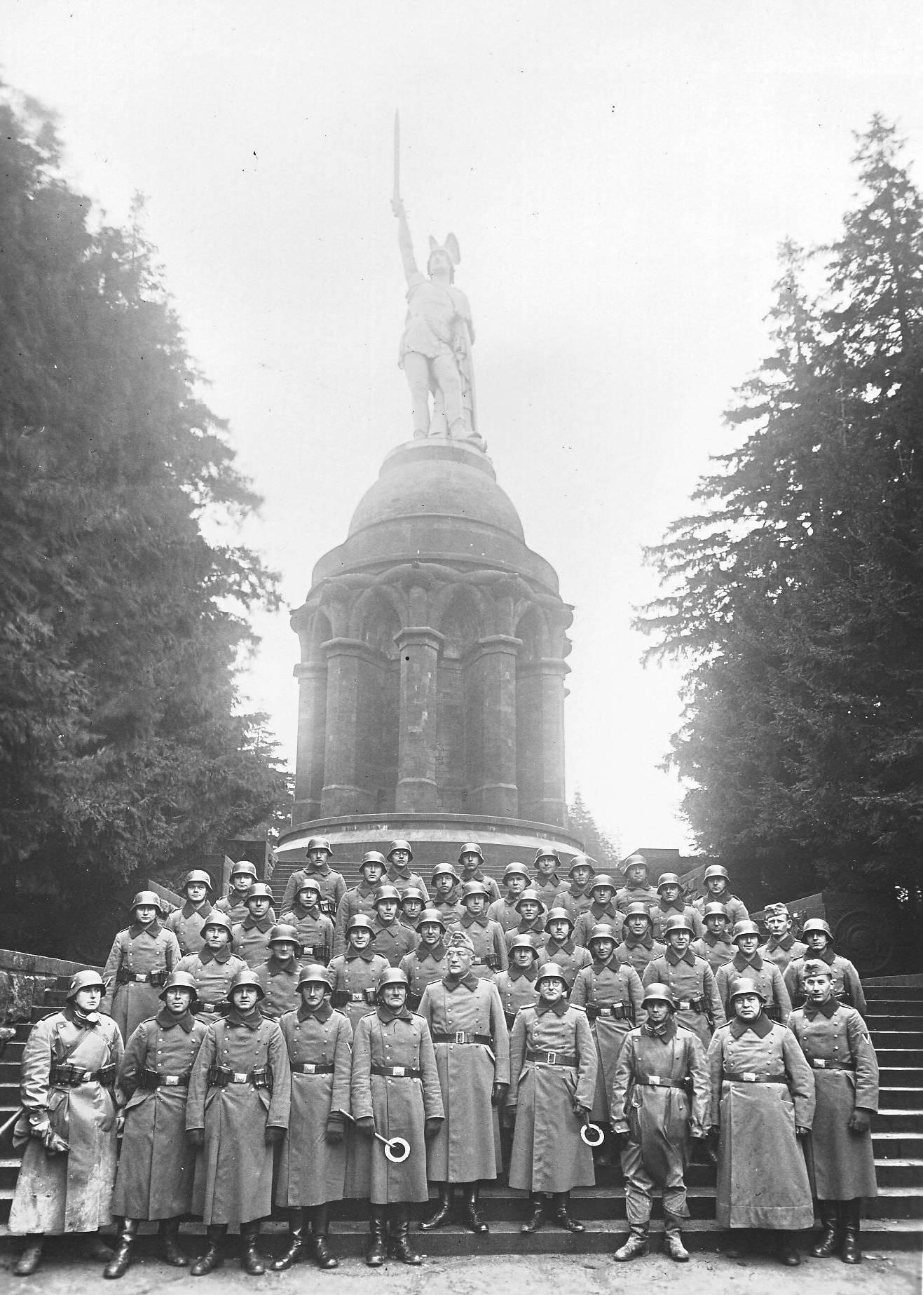 file wehrmachtssoldaten am hermannsdenkmal jpg wikimedia