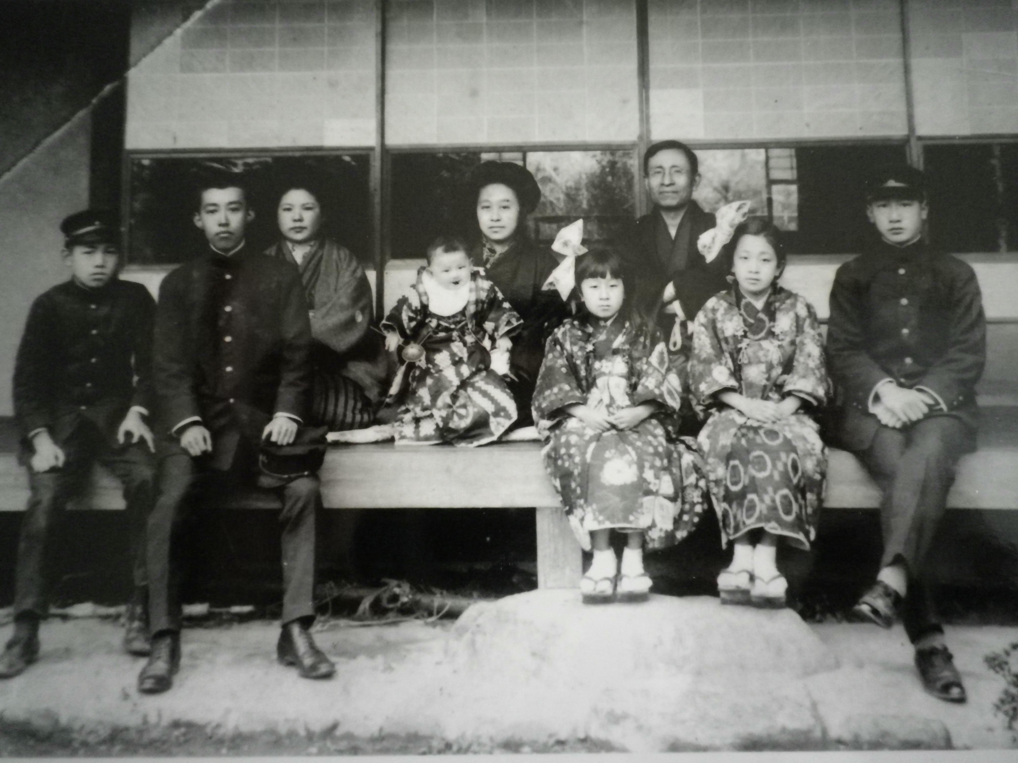 ファイル:1918年(大正7年)に京都下鴨で撮影された水崎一家.JPG ...