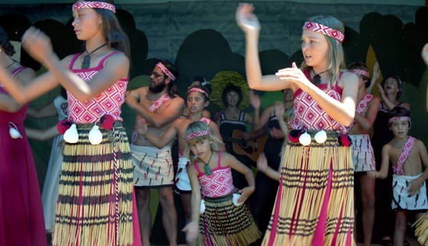 File:1981 Maori Culture group. Photographer Paul Gilbert.jpg ...