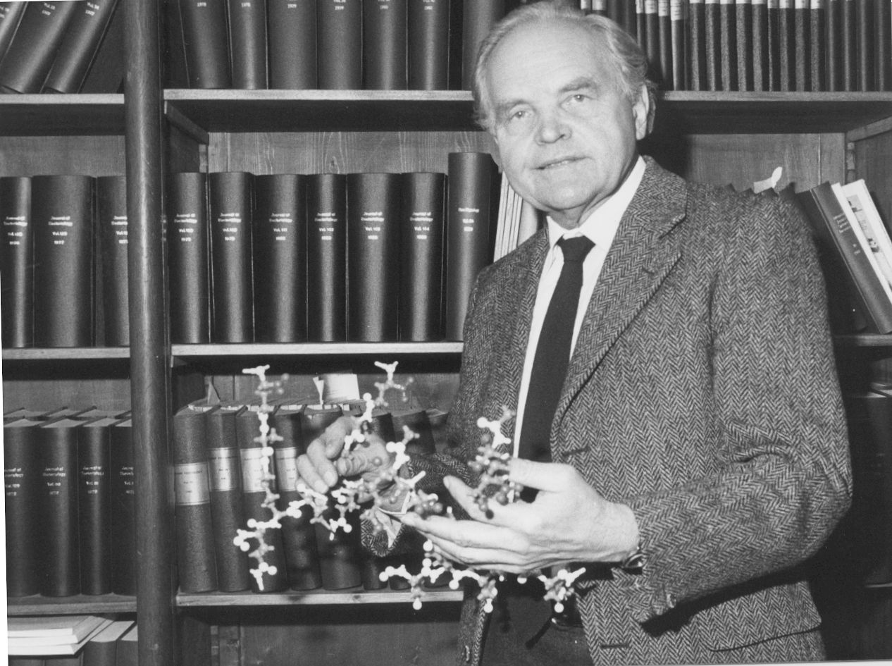 Otto Kandler in 1983, with a molecular model of pseudomurein([[pseudopeptidoglycan