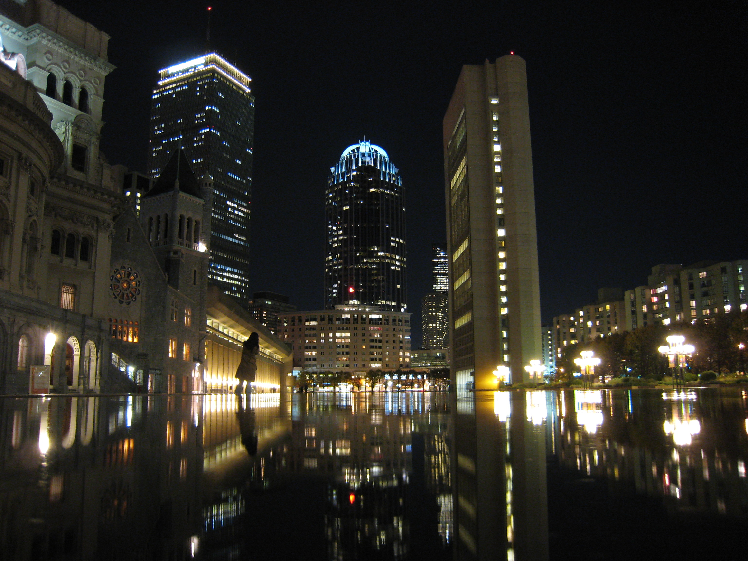 """Zentrum von Back Bay bei Nacht, Blick auf den Prudential-Turm vom """"Christian Science Zentrum"""""""