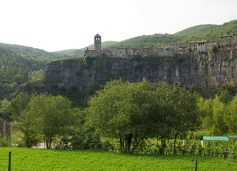 Castellfollit_de_la_Roca_-_Esgl%C3%A9sia.jpg