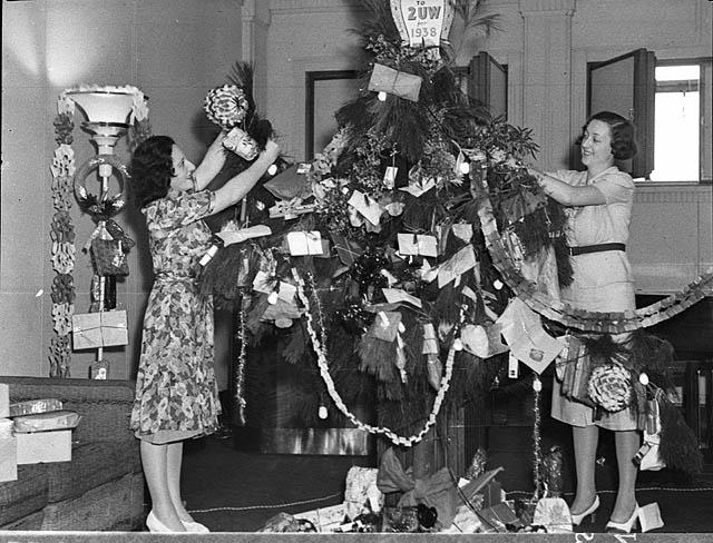 File Christmas Tree In Studio 24 12 1937 By Sam Hood