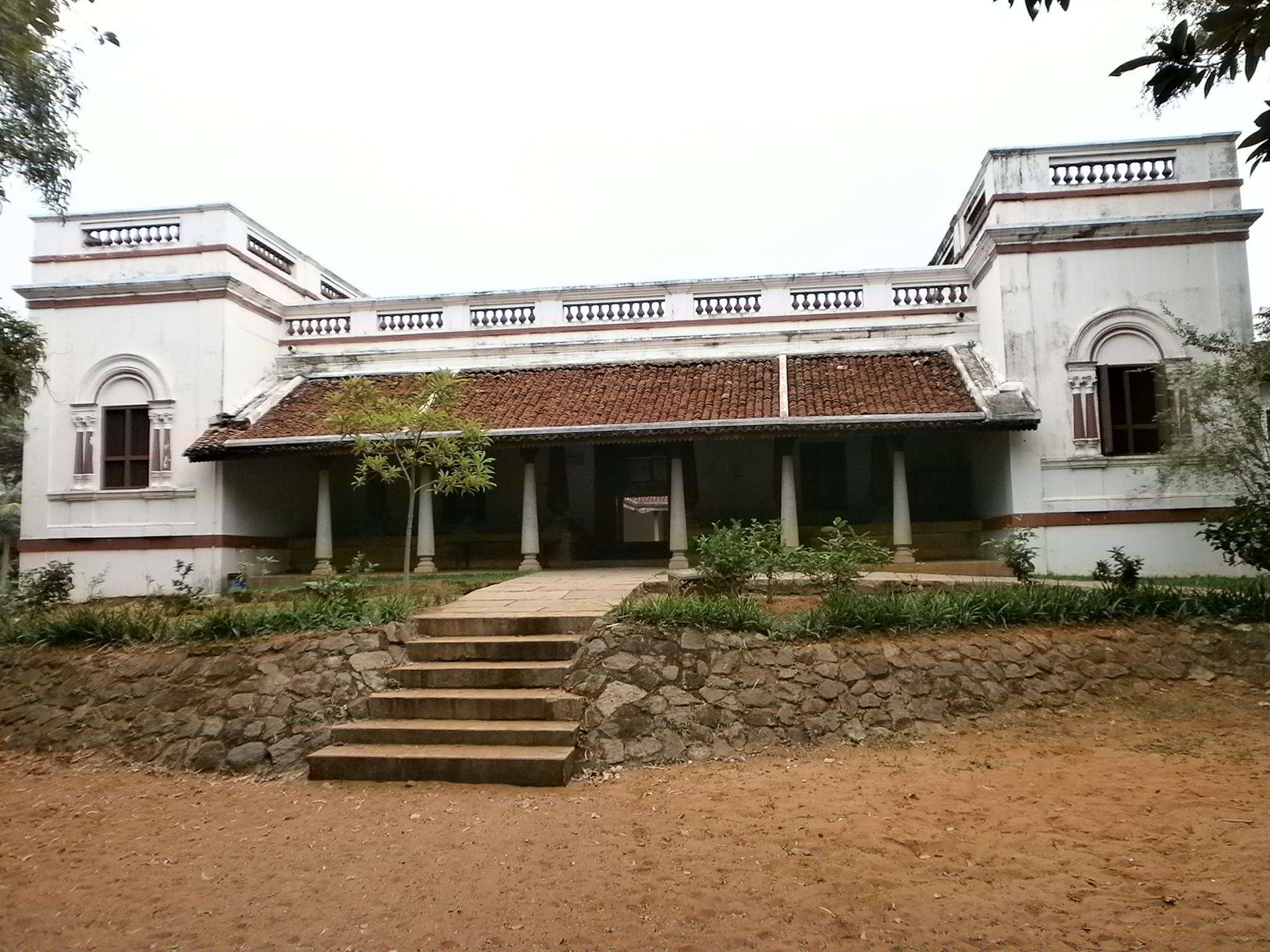 http://upload.wikimedia.org/wikipedia/commons/d/db/Dakshina-Chitra-Tamil-Nadu-House.JPG