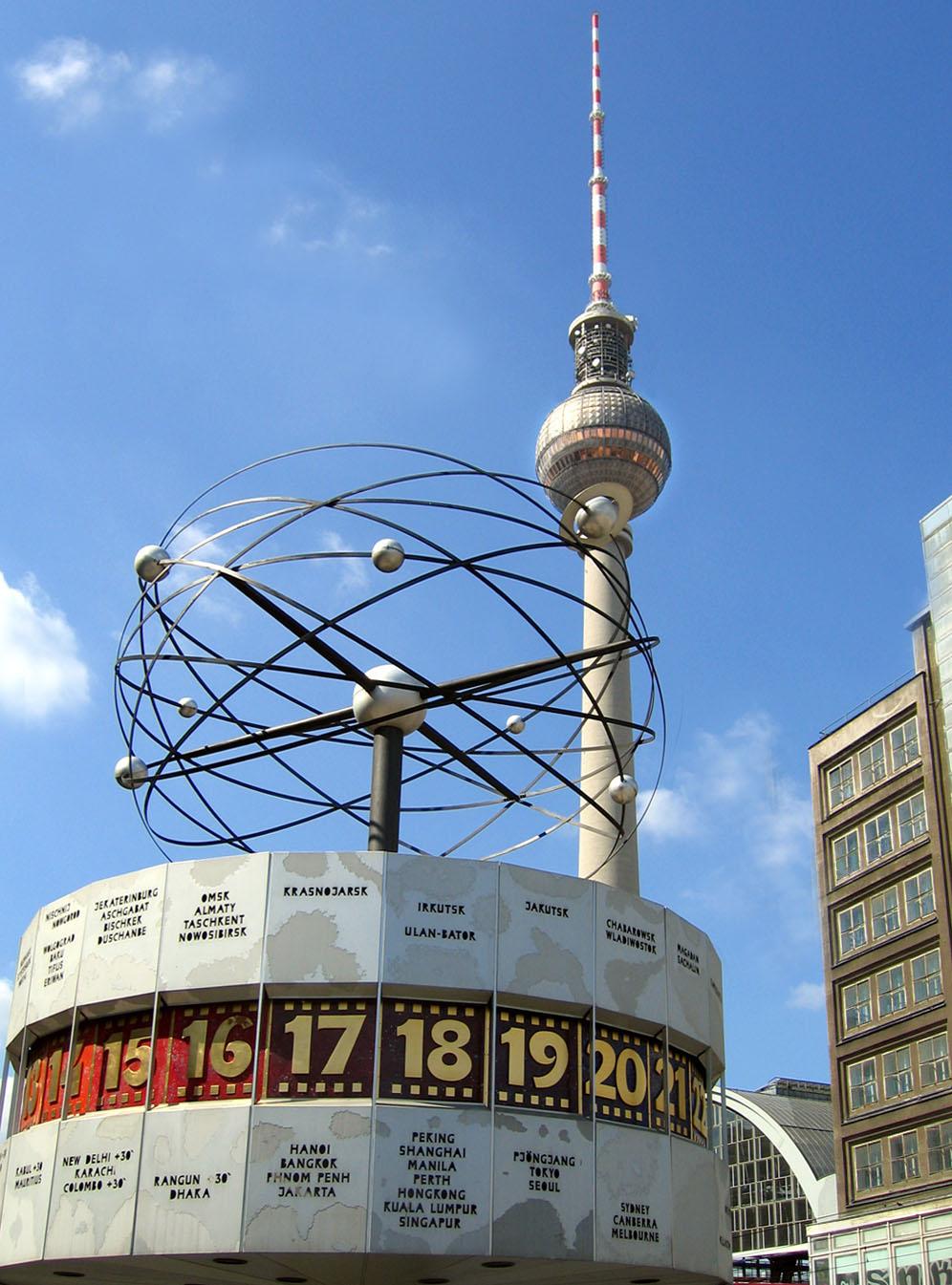 Weltzeituhr am Alexanderplatz, im Hintergrund der Fernsehturm