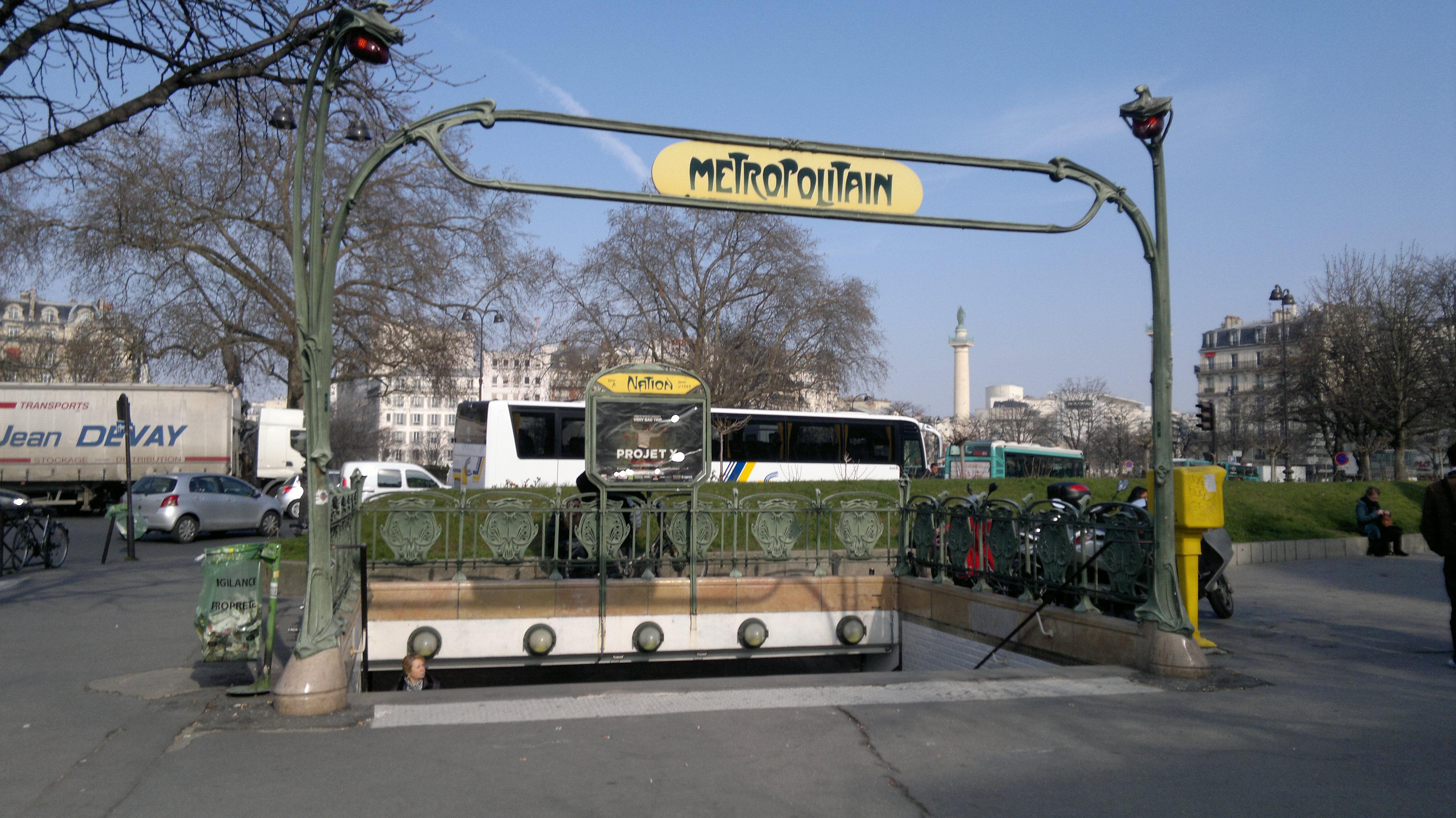 Un édicule Guimard particulièrement large de la station, place de la Nation, côté avenue Dorian.