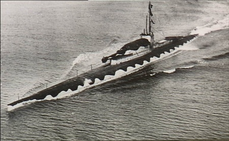 https://upload.wikimedia.org/wikipedia/commons/d/db/HMS_M1_from_air_port_bow.jpg