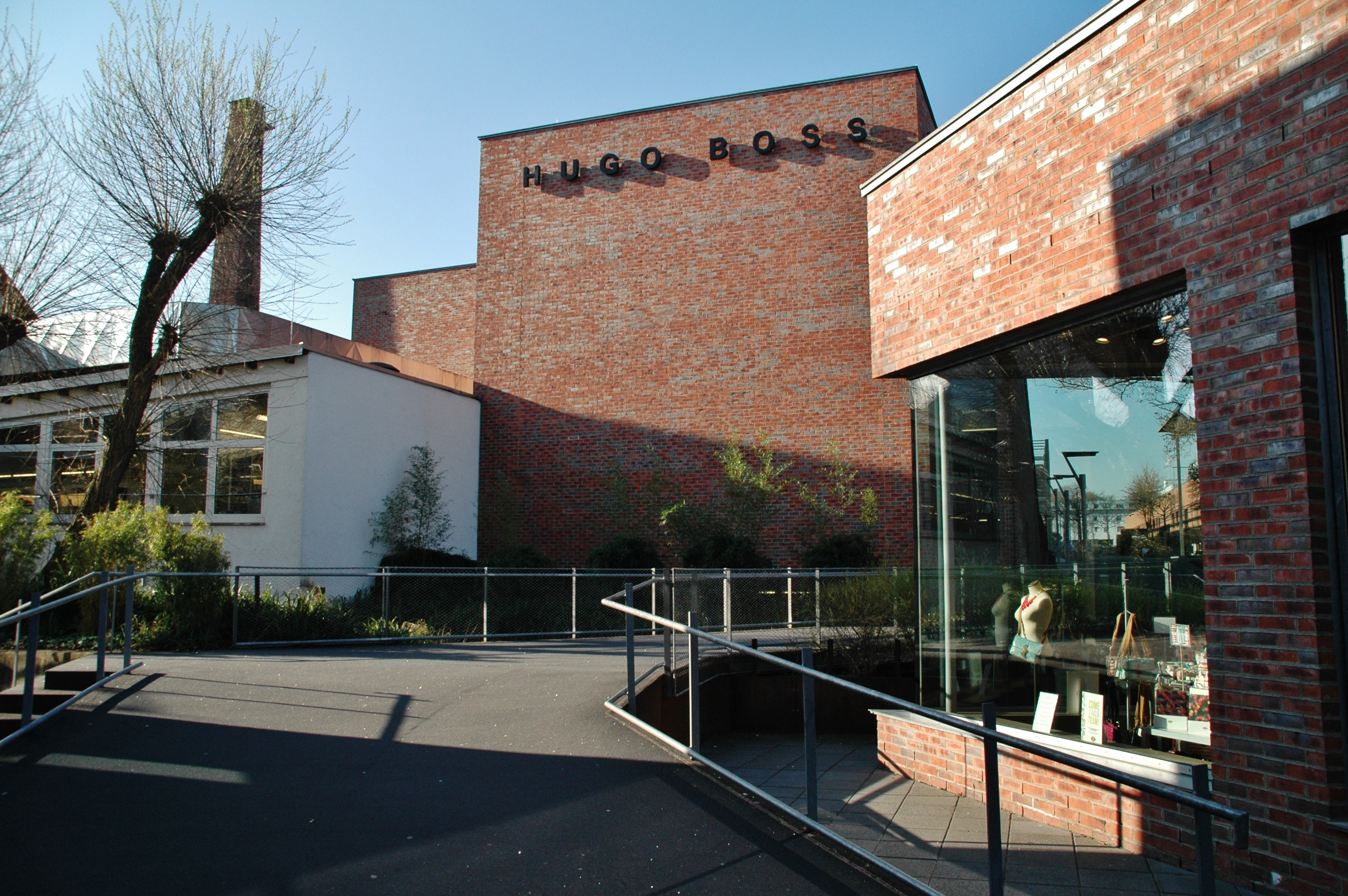 831111811 File:HUGO BOSS Outlet Store in der Outlet City in Metzingen - panoramio.jpg