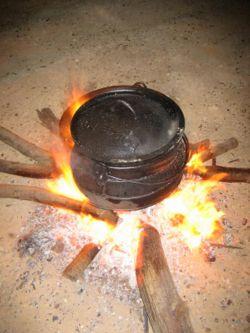 עברית: סיר ברזל - פויקה A cast iron potjie on ...