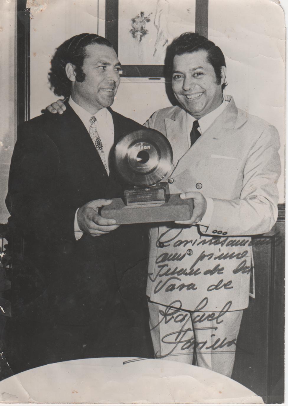 '''«Cariñosamente a mi primo Juan de la Vara de Rafael Farina» Juan el de la Vara y Rafael Farina.'''