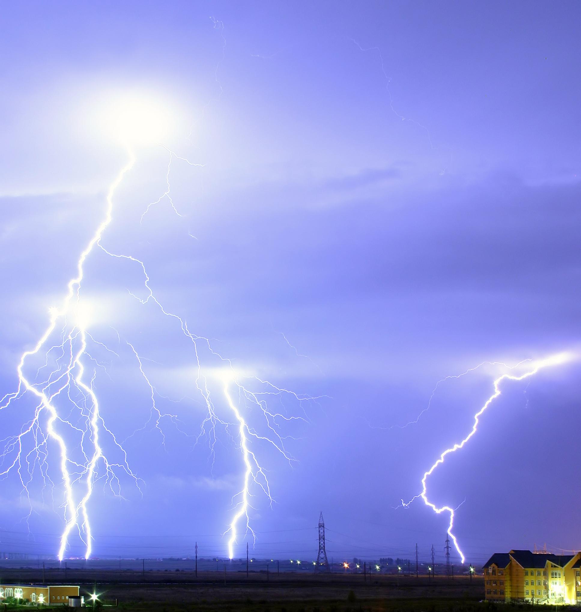 https://upload.wikimedia.org/wikipedia/commons/d/db/Lightning_over_Oradea_Romania_cropped.jpg