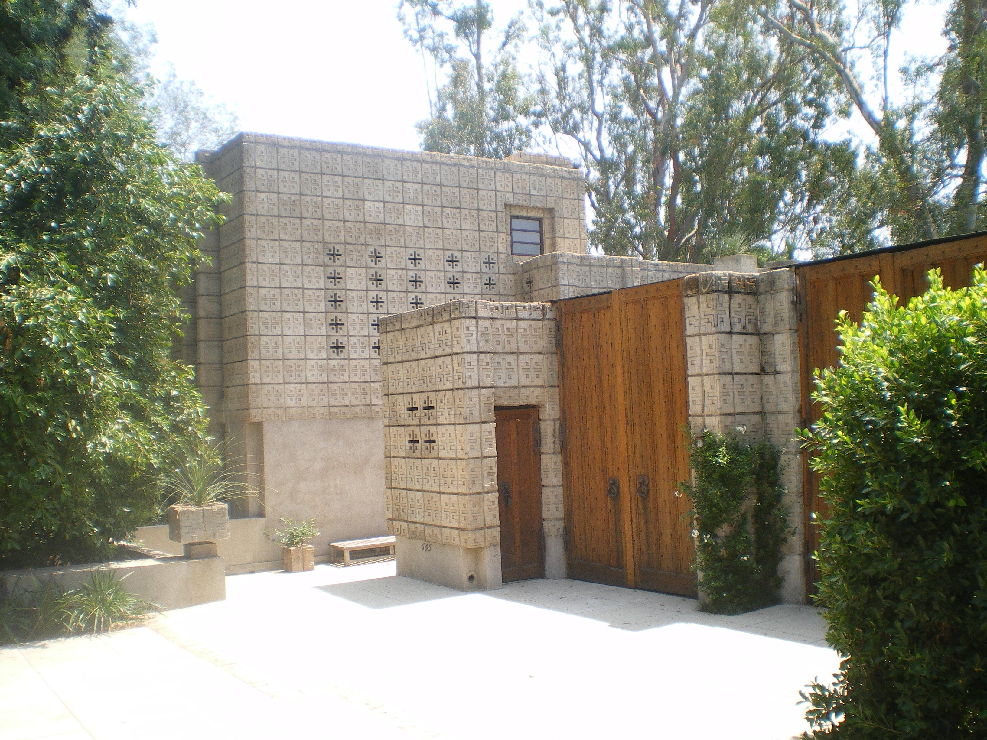 File millard house pasadena jpg wikimedia commons for Frank lloyd wright houses in california