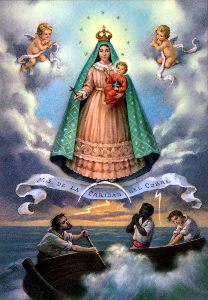 En typisk fremstilling av La Virgen de la Caridad del Cobre i hvit og blå kappe, Jesusbarnet er kledd i rødt og los tres Juanes er under dem i båt.