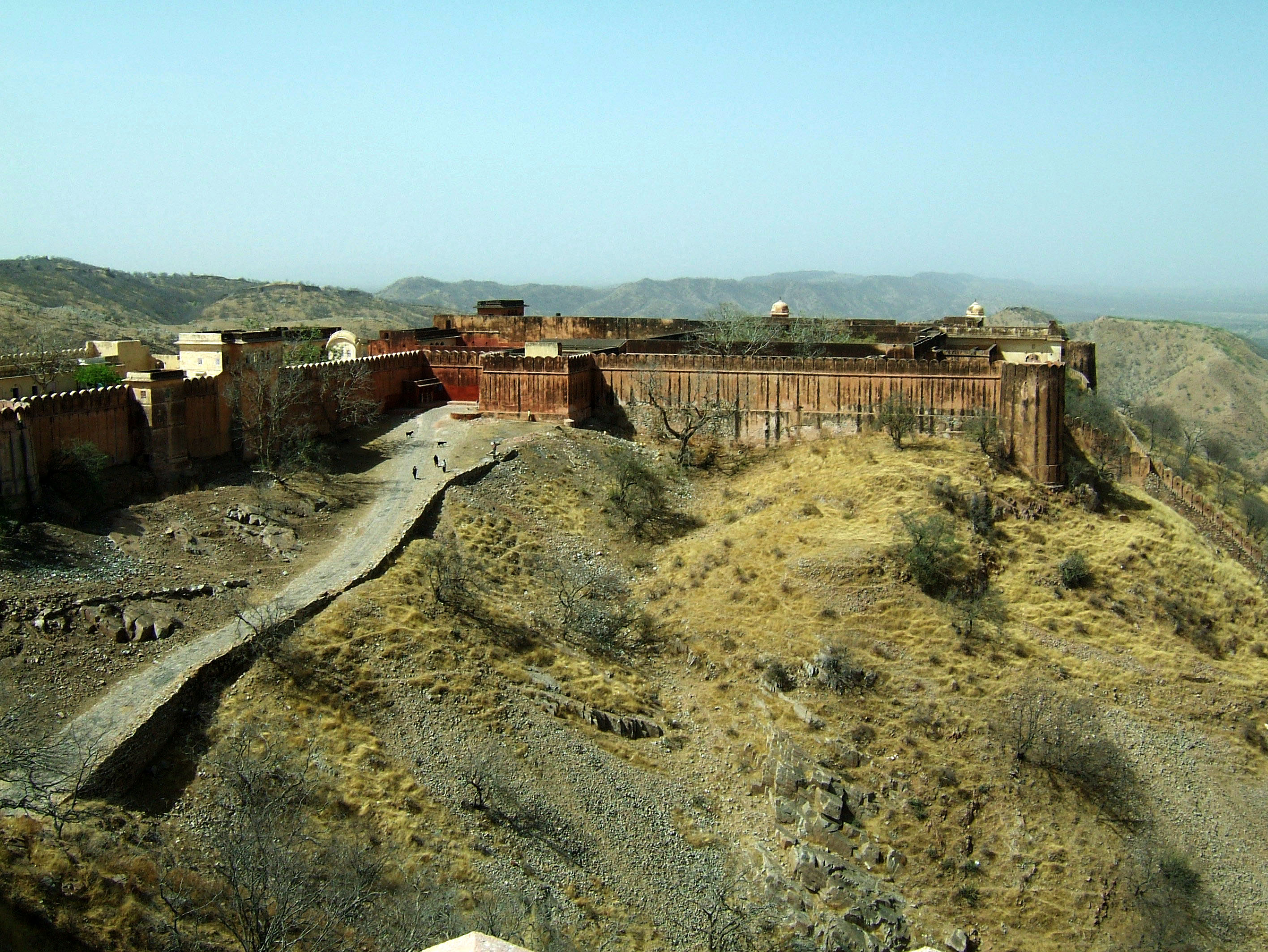 File:Rajasthan-Jaipur-Jaigarh-Fort-perimeter-walls-Apr ...