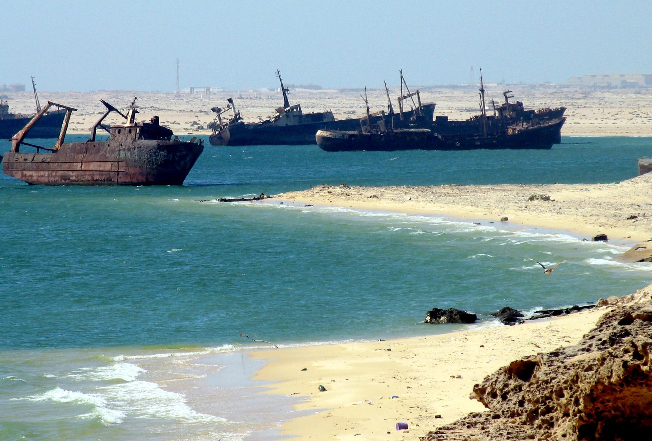 El mayor cementerio de barcos del mundo Ships_graveyard,_Nouadhibou,_Mauritania-2