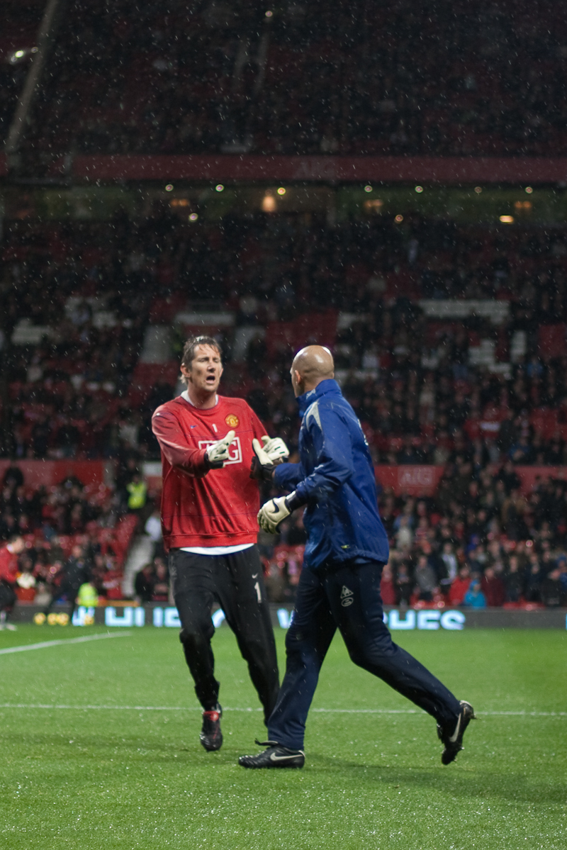 File:Van der Sar and Tim Howard 2009.jpg - Wikimedia Commons