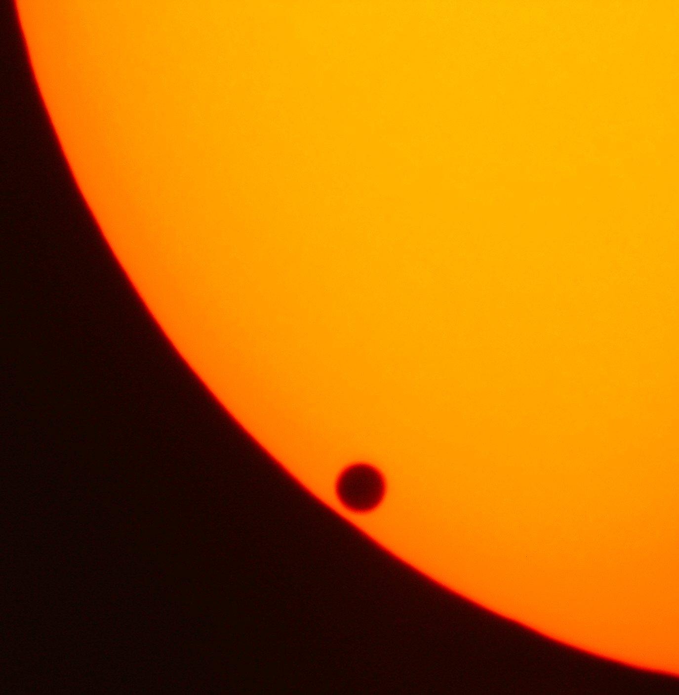 Прохождение Венеры по диску Солнца, случившееся в 2004 году.