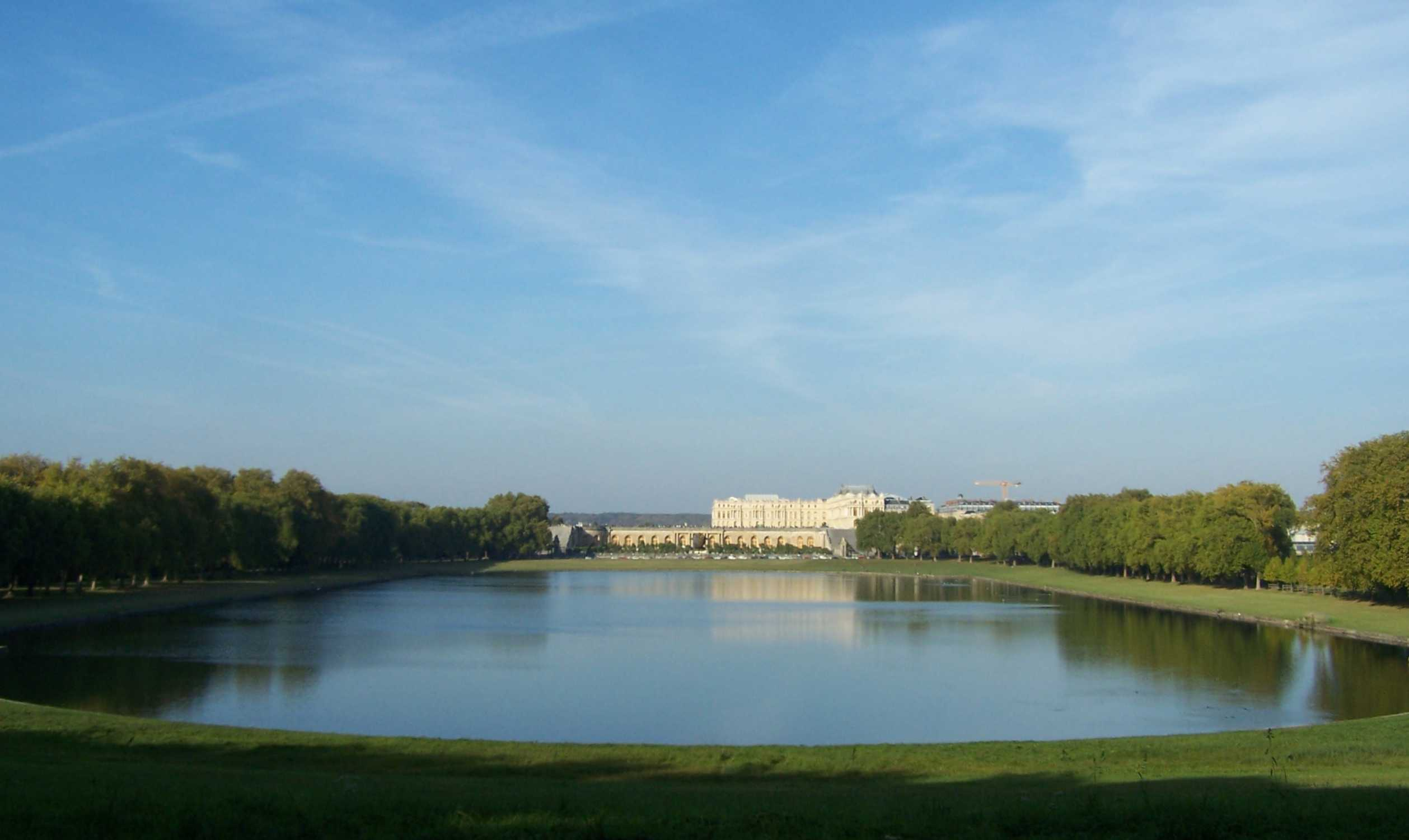 https://upload.wikimedia.org/wikipedia/commons/d/db/Versailles_Pi%C3%A8ce_d%27eau_Suisses05.jpg