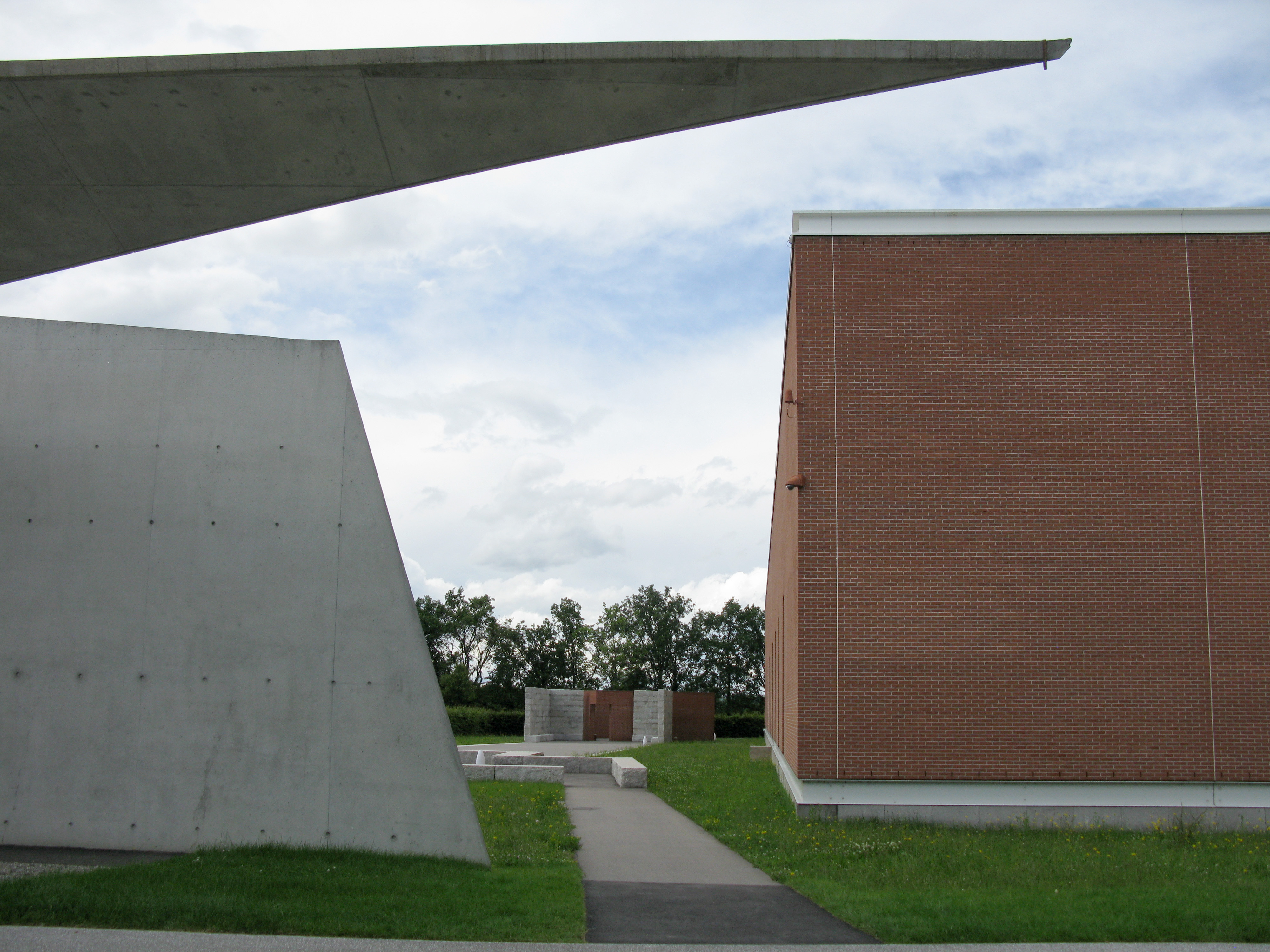 File:Álvaro-Siza-Promenade auf dem Vitra Campus in Weil am Rhein ...
