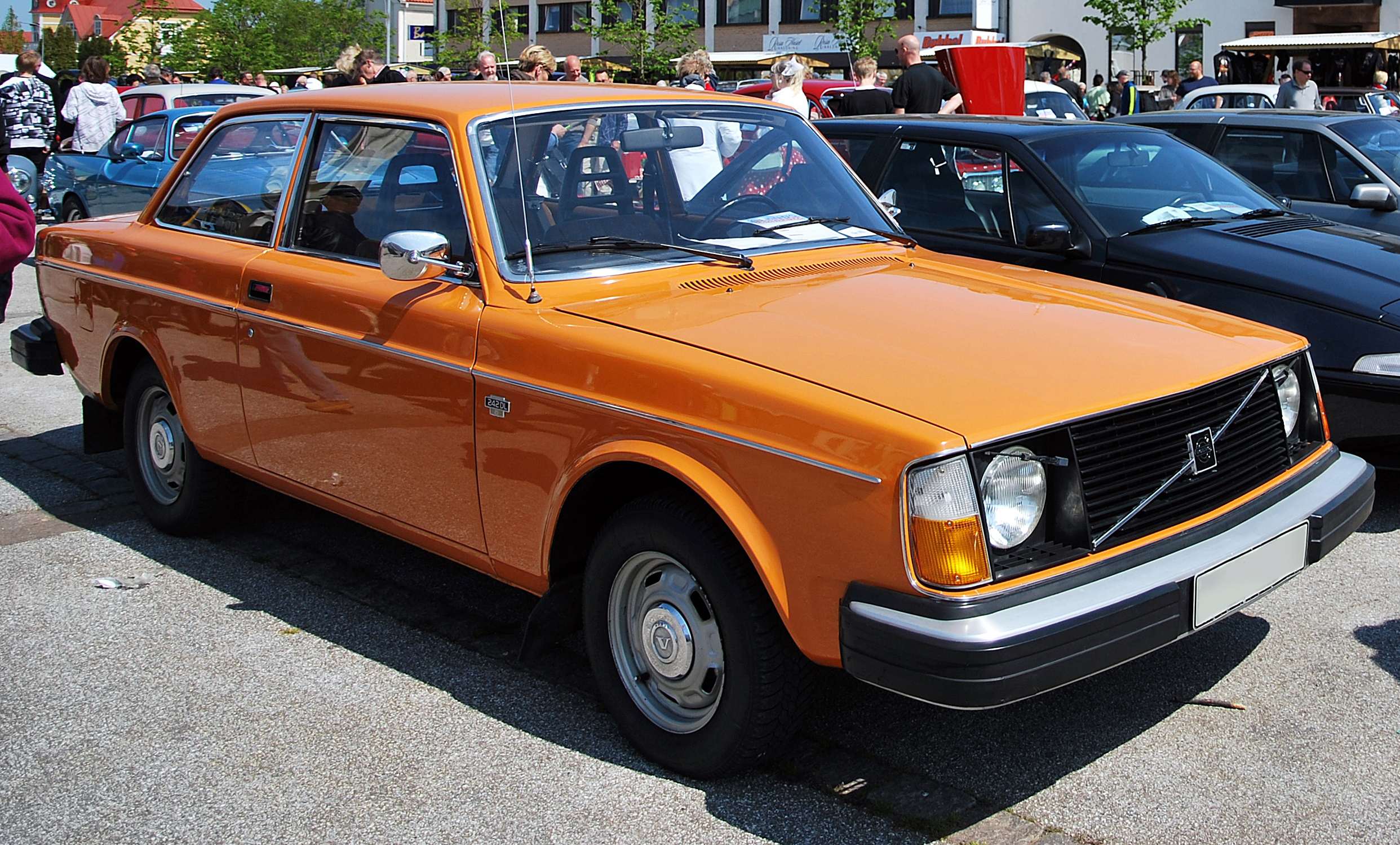 1976_Volvo_242_DL_in_orange.jpg