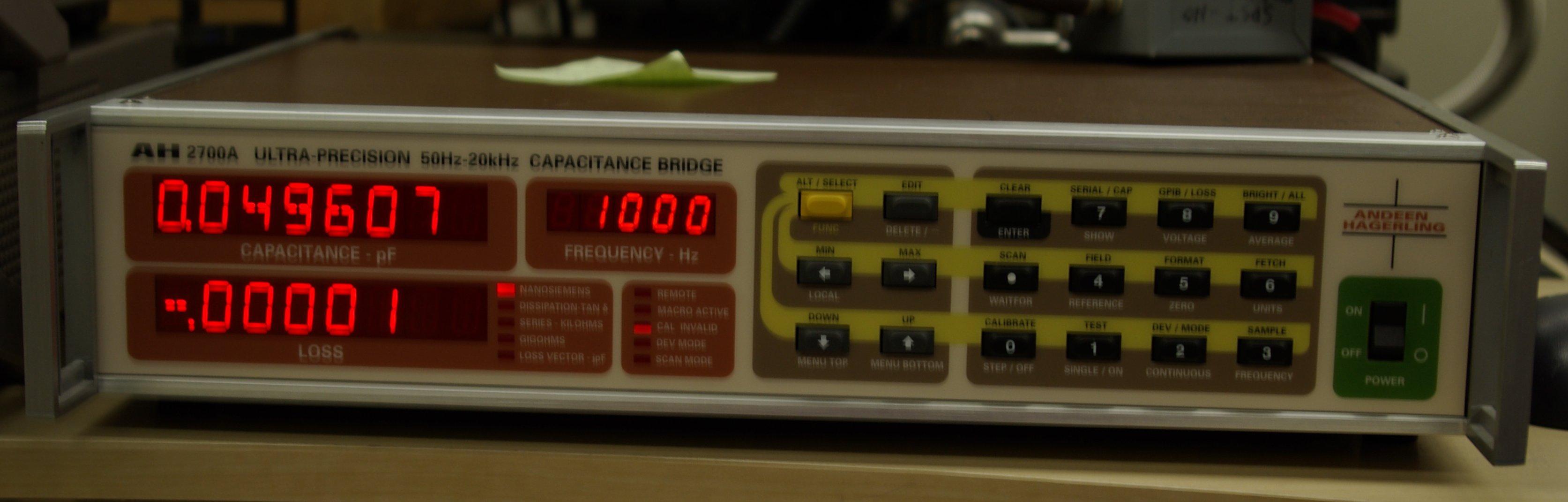 An 2700A capacitance bridge