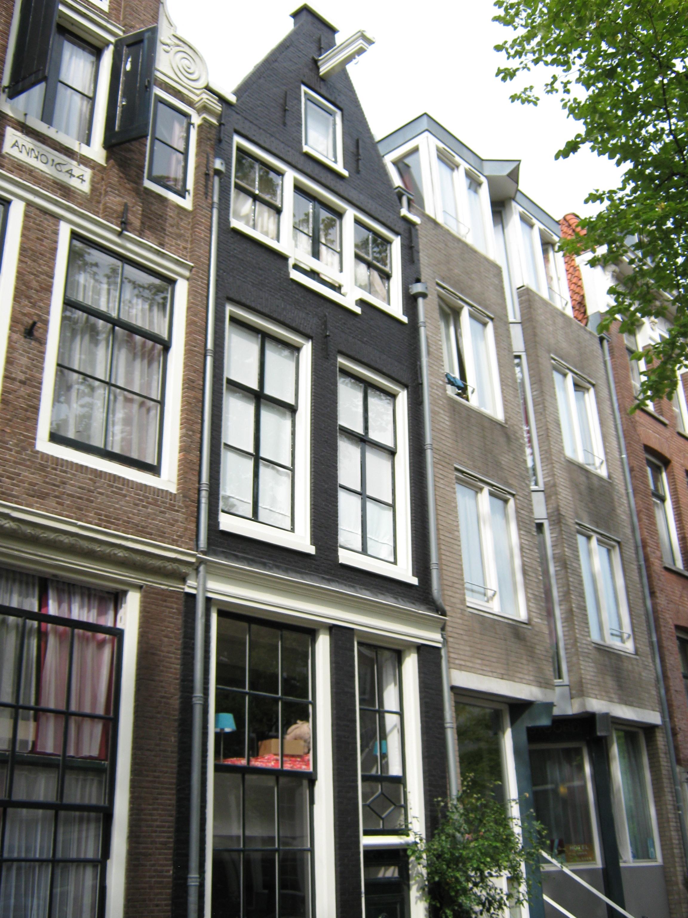 Huis met gevel onder punttop in amsterdam monument - Huis gevel ...